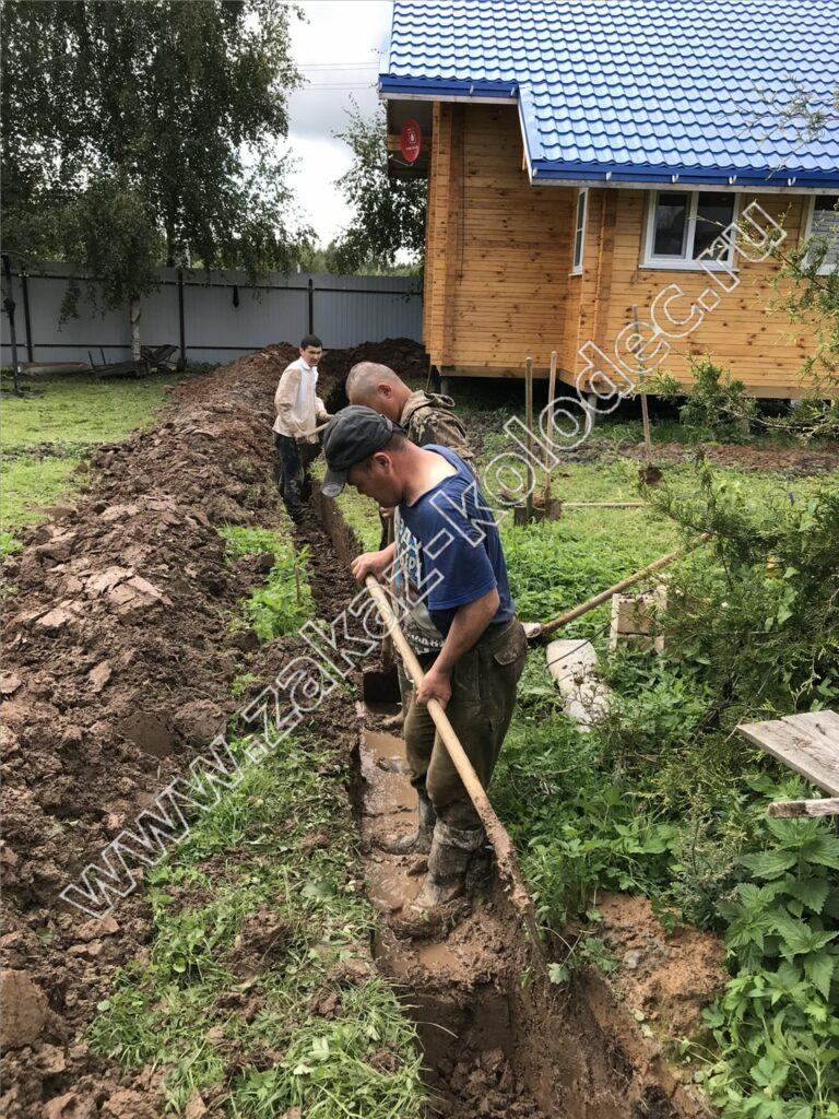 копаем траншею от колодца к дому для водопровода