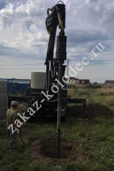 Рытье колодца с помощью машины в Мытищинском районе